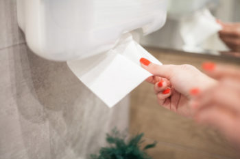 Hand greift nach Handtuch.